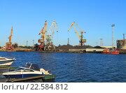 Купить «Калининградский морской торговый порт солнечным летним вечером», фото № 22584812, снято 4 июня 2015 г. (c) Михаил Рудницкий / Фотобанк Лори