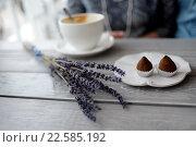Букетик лаванды на столе в кофейне. Стоковое фото, фотограф Ирина Океанова / Фотобанк Лори