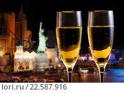 Купить «Два бокала шампанского на фоне ночного города», фото № 22587916, снято 10 января 2016 г. (c) Сергей Новиков / Фотобанк Лори