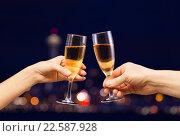 Купить «Мужские и женские руки с бокалами шампанского», фото № 22587928, снято 10 января 2016 г. (c) Сергей Новиков / Фотобанк Лори