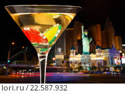 Купить «Бокал мартини с фишками на фоне вечернего города», фото № 22587932, снято 10 января 2016 г. (c) Сергей Новиков / Фотобанк Лори