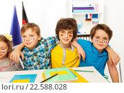 Ученики с флагами на щеках, изучают языкы. Стоковое фото, фотограф Сергей Новиков / Фотобанк Лори