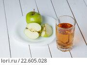 Яблоки и сок на столе. Здоровое питание. Стоковое фото, фотограф Иван Карпов / Фотобанк Лори