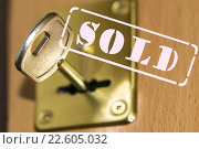 "Купить «Штамп "" sold "" на фоне ключа от квартиры», фото № 22605032, снято 8 апреля 2016 г. (c) Сергеев Валерий / Фотобанк Лори"