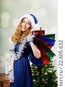Купить «Улыбающаяся женщина с пакетами новогодних подарков», фото № 22605632, снято 28 декабря 2014 г. (c) Ирина Мойсеева / Фотобанк Лори