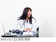 Купить «Портрет счастливой женщина врача в медицинском кабинете», фото № 22605800, снято 28 декабря 2014 г. (c) Ирина Мойсеева / Фотобанк Лори