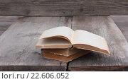 Купить «Книги на старых деревянных досках», видеоролик № 22606052, снято 25 февраля 2016 г. (c) Андрей С / Фотобанк Лори