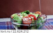 Купить «Салат со свежими огурцами, помидорами и луком», видеоролик № 22624212, снято 12 апреля 2016 г. (c) ActionStore / Фотобанк Лори