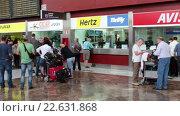 Купить «Люди стоят очереди для оформления автомобиля в прокат. Офисы компаний по аренде автомобилей в южном аэропорту София Рейна, Тенерифе, Канарские острова, Испания», видеоролик № 22631868, снято 18 апреля 2016 г. (c) Кекяляйнен Андрей / Фотобанк Лори