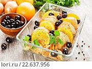 Купить «Куриные бедра с апельсинами в форме для запекания на столе», фото № 22637956, снято 13 апреля 2016 г. (c) Надежда Мишкова / Фотобанк Лори