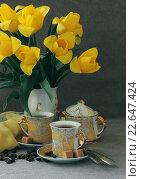 Кофе для двоих на фоне вазы с тюльпанами. Стоковое фото, фотограф Шуба Виктория / Фотобанк Лори