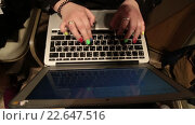 Купить «Девушка печатает текст на клавиатуре ноутбука», видеоролик № 22647516, снято 7 апреля 2016 г. (c) Наталья Окорокова / Фотобанк Лори