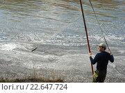 Мужчина с сетью стоит на берегу реки. Рыбалка. Стоковое фото, фотограф Анна Кирьякова / Фотобанк Лори