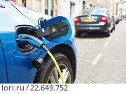 Купить «power supply plugged into an electric car during charging», фото № 22649752, снято 27 апреля 2015 г. (c) Дмитрий Калиновский / Фотобанк Лори