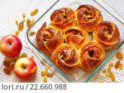 Купить «Горячие домашние булочки с изюмом и яблоками в стеклянной форме для выпечки», фото № 22660988, снято 21 апреля 2016 г. (c) Виктория Катьянова / Фотобанк Лори