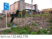 Старая ржавая детская площадка, Черский, Колымский регион (2014 год). Стоковое фото, фотограф Daniil Nasonov / Фотобанк Лори
