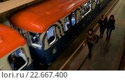 Купить «Поезд метро отходит от станции», видеоролик № 22667400, снято 9 апреля 2016 г. (c) Игорь Усачев / Фотобанк Лори