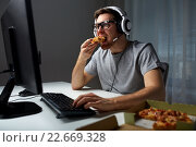 Купить «man in headset playing computer video game at home», фото № 22669328, снято 12 марта 2016 г. (c) Syda Productions / Фотобанк Лори