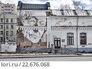Купить «Портрет Германа Гессе (Стена Гессе), Саввинская набережная д. 27. Москва», эксклюзивное фото № 22676068, снято 23 апреля 2016 г. (c) Илюхина Наталья / Фотобанк Лори