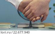 Купить «Люди держатся за руки на фоне глобуса», видеоролик № 22677940, снято 1 апреля 2016 г. (c) worker / Фотобанк Лори