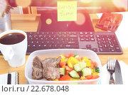 Купить «Пластиковый контейнер с домашней едой на рабочем столе современного офисного работника в обеденный перерыв», фото № 22678048, снято 21 апреля 2019 г. (c) Сергей Петерман / Фотобанк Лори
