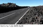 Купить «Автомобильная трасса TF-38 с застывшими кусками лавы на обочине. Тенерифе, Канарские острова, Испания», видеоролик № 22689624, снято 25 апреля 2016 г. (c) Кекяляйнен Андрей / Фотобанк Лори