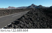 Купить «Дорога TF-38 проходит через безжизненные поля с застывшей лавой. Тенерифе, Канарские острова, Испания», видеоролик № 22689664, снято 25 апреля 2016 г. (c) Кекяляйнен Андрей / Фотобанк Лори