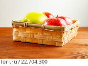 Купить «Свежие яблоки на столе в лукошке», фото № 22704300, снято 18 апреля 2016 г. (c) Иван Карпов / Фотобанк Лори