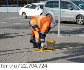 Купить «Работник коммунальной службы красит тактильные плитки желтым цветом», эксклюзивное фото № 22704724, снято 23 апреля 2016 г. (c) lana1501 / Фотобанк Лори