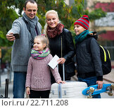 Купить «spouses with children shooting mutual portrait on cell phone», фото № 22711208, снято 23 января 2019 г. (c) Яков Филимонов / Фотобанк Лори