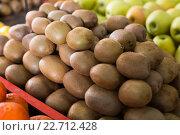 Купить «kiwi in the shop», фото № 22712428, снято 7 июля 2020 г. (c) Яков Филимонов / Фотобанк Лори