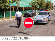 Russian police officer and patrol vehicle parked at the street in summer day, фото № 22716884, снято 30 апреля 2016 г. (c) FotograFF / Фотобанк Лори