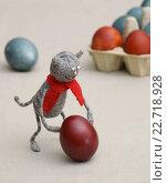 Купить «Игрушки. Кот катит пасхальное яйцо», эксклюзивное фото № 22718928, снято 30 апреля 2016 г. (c) Dmitry29 / Фотобанк Лори