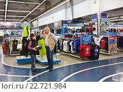 Купить «Мальчик и мужчина делают покупки в спортивном магазине», фото № 22721984, снято 29 апреля 2016 г. (c) Victoria Demidova / Фотобанк Лори