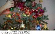 Купить «Украшения рождественской елки», видеоролик № 22722052, снято 14 декабря 2014 г. (c) Валентин Беспалов / Фотобанк Лори