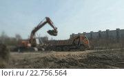 Купить «Экскаватор загружает глину в грузовик», видеоролик № 22756564, снято 11 апреля 2016 г. (c) worker / Фотобанк Лори