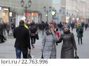 Купить «Москвичи гуляют на Никольской улице осенью», эксклюзивное фото № 22763996, снято 24 октября 2015 г. (c) Дмитрий Неумоин / Фотобанк Лори
