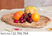 Натюрморт с вишней и абрикосами. Стоковое фото, фотограф Дарья Каба / Фотобанк Лори