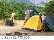 Молодой мужчина с детьми устанавливает палатку в горах. Стоковое фото, фотограф Станислав Толстнев / Фотобанк Лори