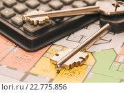 Купить «Ключи и планировки новой квартиры», фото № 22775856, снято 24 апреля 2016 г. (c) Сергеев Валерий / Фотобанк Лори