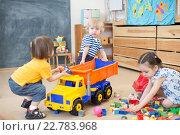Купить «Конфликт двух детей борющихся за игрушечный грузовик в детском саду», фото № 22783968, снято 1 мая 2016 г. (c) Андрей Кузьмин / Фотобанк Лори
