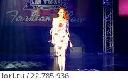 Купить «Рыжеволосая модель на презентации ретробелья на Viva Las Vegas Fashion Show 2016, Лас-Вегас, США», видеоролик № 22785936, снято 15 апреля 2016 г. (c) FMRU / Фотобанк Лори