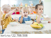 Купить «Маленькие дети завтракают в детском саду», фото № 22788508, снято 1 мая 2016 г. (c) Андрей Кузьмин / Фотобанк Лори