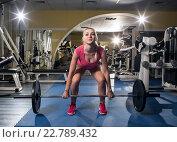 Купить «Красивая спортивная женщина в тренажерном зале занимается со штангой», фото № 22789432, снято 18 апреля 2016 г. (c) Анатолий Типляшин / Фотобанк Лори