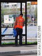 Купить «Рабочие коммунальной службы на уборке городских улиц. Братеево. Москва», эксклюзивное фото № 22827088, снято 3 мая 2016 г. (c) Юрий Морозов / Фотобанк Лори