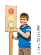 Купить «Мальчик стоит с картонным светофором», фото № 22828348, снято 3 апреля 2016 г. (c) Сергей Новиков / Фотобанк Лори