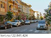 Автомобили на городской улице в Виареджо, Италия (2015 год). Редакционное фото, фотограф Николай Кокарев / Фотобанк Лори