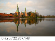 Купить «Замок Фредериксборг в свете садящегося солнца ноябрьским вечером. Дания», фото № 22857148, снято 2 ноября 2014 г. (c) Виктор Карасев / Фотобанк Лори