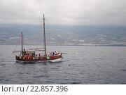 Маленький корабль плывет по морю в тумане (2010 год). Редакционное фото, фотограф Илья Беспальчиков / Фотобанк Лори
