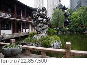 Шанхай-Вэньмяо храмовый комплекс, посвящённый Конфуцию, в центре города Шанхая, Китайская народная республика (2013 год). Редакционное фото, фотограф Николай Винокуров / Фотобанк Лори